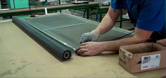 Процесс укладки полотна для москитной сетки